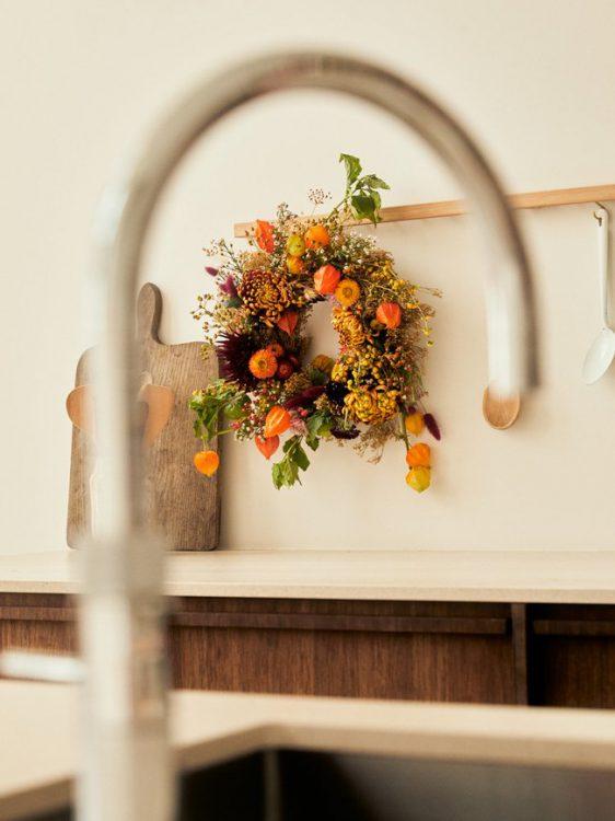 ghirlanda di halloween crisantemi physalis scabiosa serruria dalia crisantemi aster